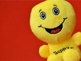 笑ってる黄色い人形